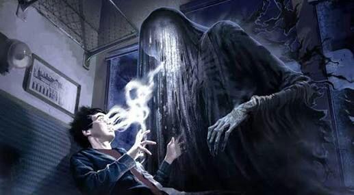 Dementador atacando Harry Potter.