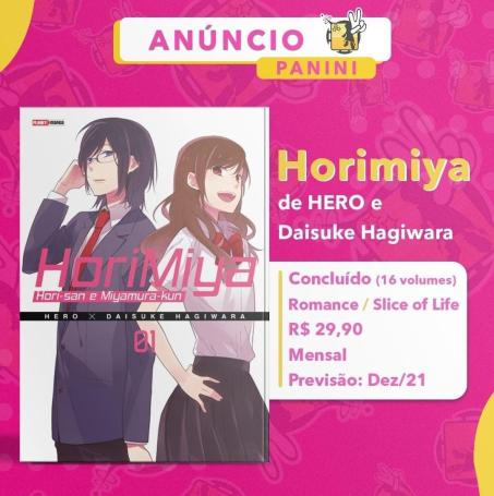 """Fundo rosa, na parte superior escrito: """"anúncio Panini"""". Do lado esquerdo, a capa de Horimya com uma personagem feminina e uma masculina. No centro da capa aparece o texto """"Horimiya: Hori-san e Miyamura-kun"""", autores e numeração do volume.  Do lado esquerdo temos """"Horimiya, de Hero e Daisuke Hagiwara. Concluído (16 volumes) Romance/Slice of Life R$ 29,90  Mensal Previsão Dez/21"""""""