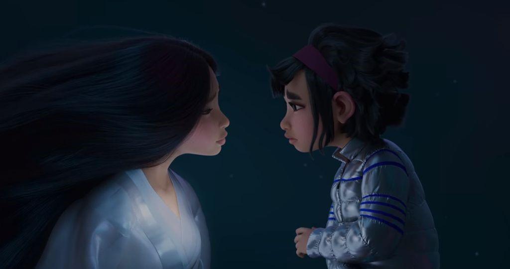 Imagem com fundo preto. Ao centro, vemos a deusa da Lua, à esquerda, com longos cabelos pretos, soltos, e roupa branco-gelo. Ela está olhando de frente para Fēi Fēi, que se encontra do lado direito, com cabelos curtos, pretos, e roupa cinza com detalhes azuis na parte superior. Ambas estão com olhar de sofrimento.