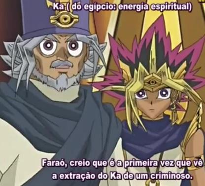 """Imagem de uma cena do anime. Na parte superior direita tem escrito: ká (do egípcio: energia espiritual). Do lado esquerdo, personagem com roupa cinza-petróleo puxado um pouco pro azul, cabelos brancos, barba branca ao lado de Yūgi, que tem roupa azul com branco, e na parte inferior tá escrito: """" Faraó, creio que é a primeira vez que vê a extração do ká de um criminoso."""""""