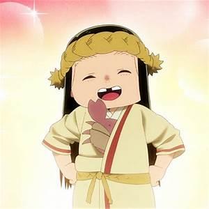 Imagem da personagem March, uma menininha de cabelos pretos na cintura, com uma faixa na cabeça e sorrindo, sem os dentes da frente e com as mãos na altura da cintura, com olhos semicerrados.