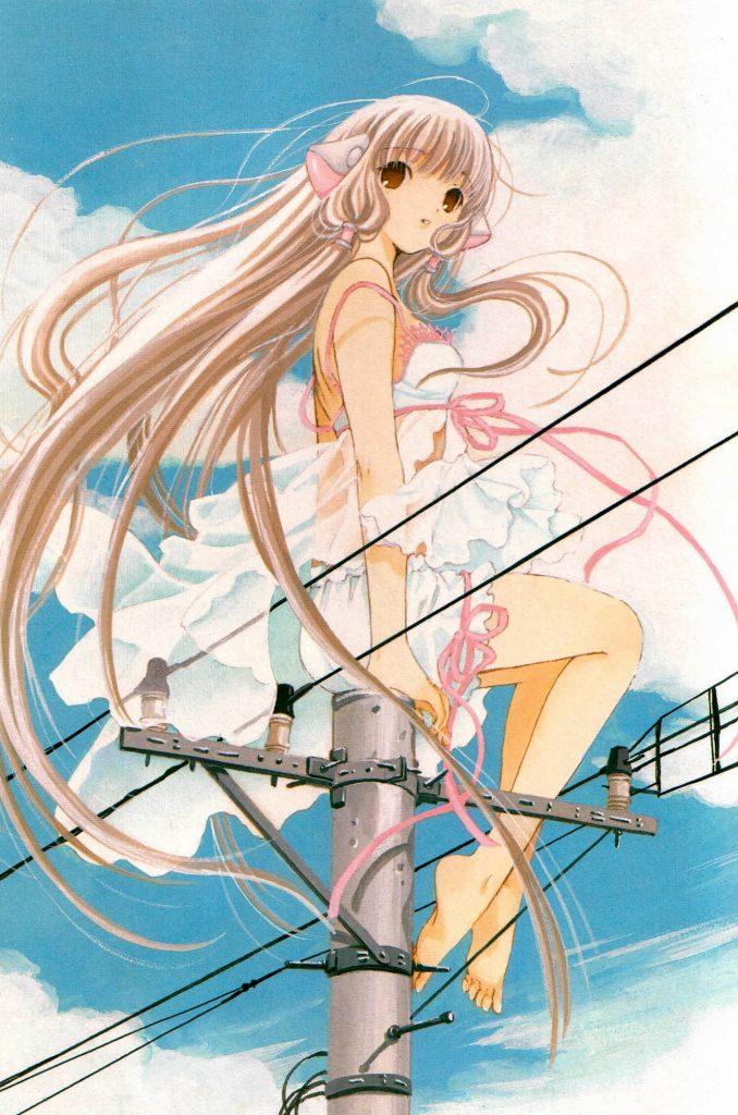 Uma garota com cabelos longos está usando um vestido branco, sentada em cima de um poste. O fundo é um céu azul com algumas nuvens, e ela está com um belo sorriso no rosto, olhando para o horizonte.